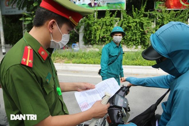 Hà Nội dựng lều dã chiến, kiểm tra giấy đi đường của người dân trong nội đô - 4
