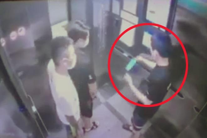 Nam thanh niên Hà Nội khạc nhổ, vứt khẩu trang bẩn ở thang máy chung cư - 1