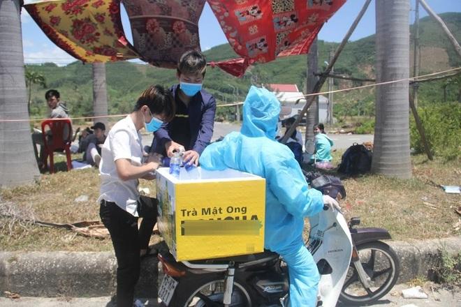 Người dân từ TPHCM về Huế dựng lều tạm ven quốc lộ chờ đi cách ly