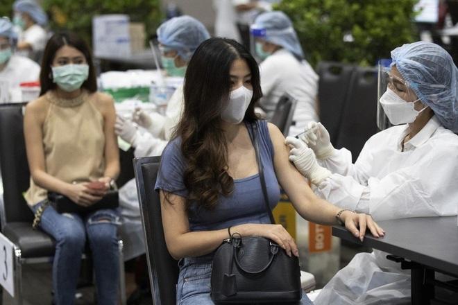 Ca bệnh tăng kỷ lục, Thái Lan vật lộn đối phó Covid-19 - 1