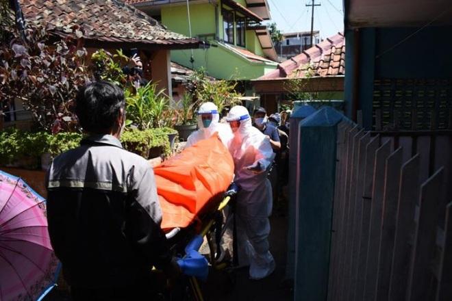 Indonesia: Hơn 1.000 ca tử vong mỗi ngày, bệnh nhân Covid-19 chết tại nhà - 1