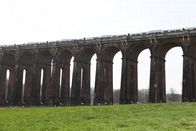Cây cầu sống ảo ấn tượng bậc nhất nước Anh - 5
