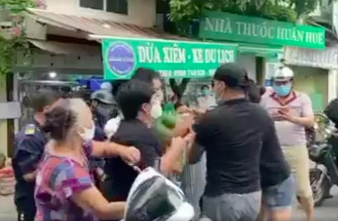 Hà Nội: Không được thăm mẹ nuôi, đôi vợ chồng làm loạn chốt kiểm dịch - 2