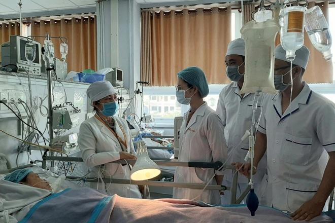 Cần Thơ: Bác sĩ sắp nghỉ hưu tình nguyện ở lại chống Covid cùng bác sĩ trẻ - 2