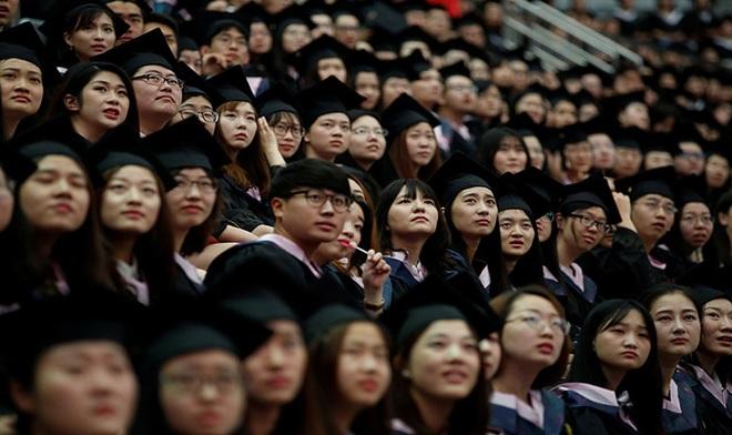 Việc làm khan hiếm mùa dịch, người trẻ Trung Quốc đổ xô thi công chức - 1