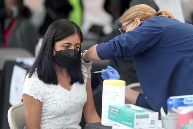 Những người Mỹ phải cải trang, lén đi tiêm vắc xin Covid-19 - 1