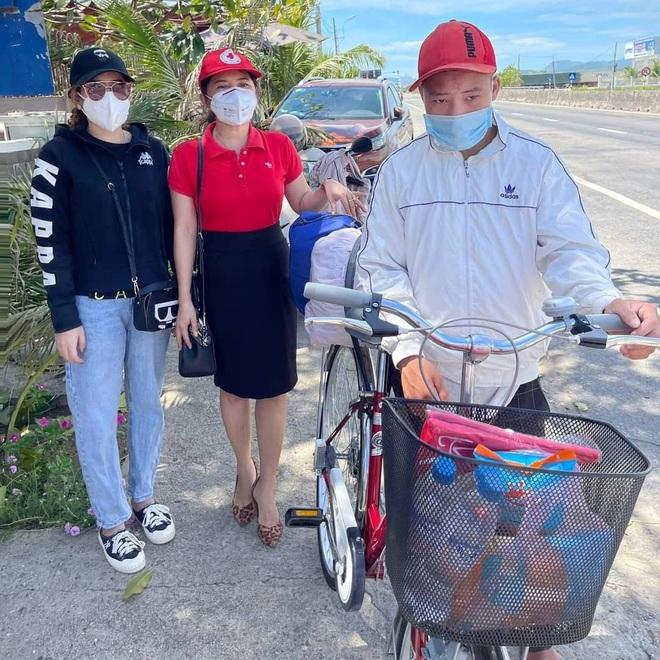 Người dân mua xe đạp tặng thanh niên định đi bộ trên 1.000 km về nhà - 1