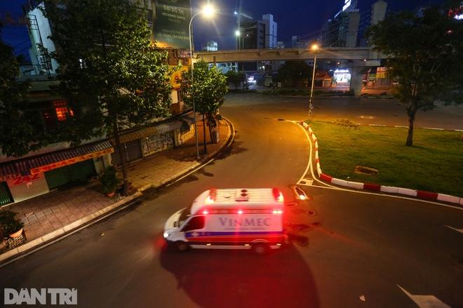 So sánh giao thông TPHCM: Trước giãn cách ùn tắc, nay chỉ còn xe cứu thương - 24