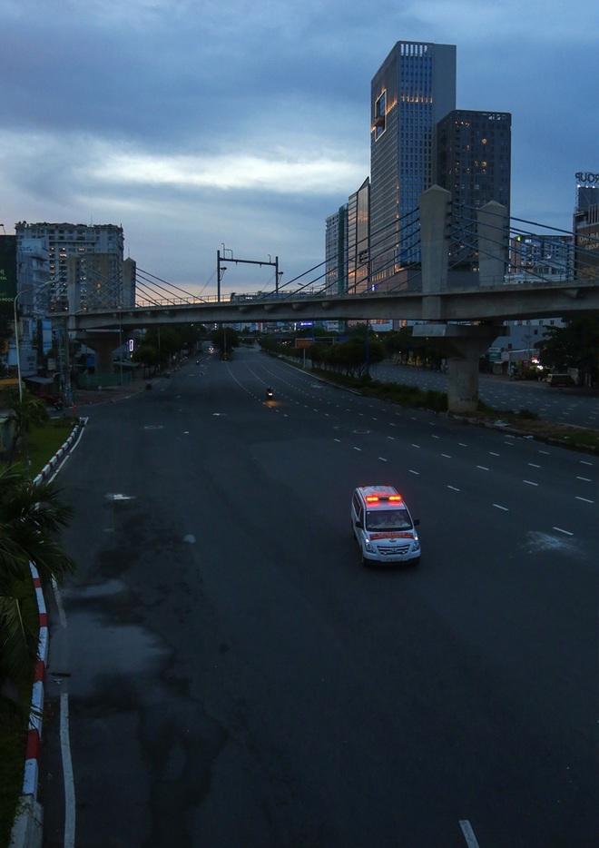 So sánh giao thông TPHCM: Trước giãn cách ùn tắc, nay chỉ còn xe cứu thương - 22