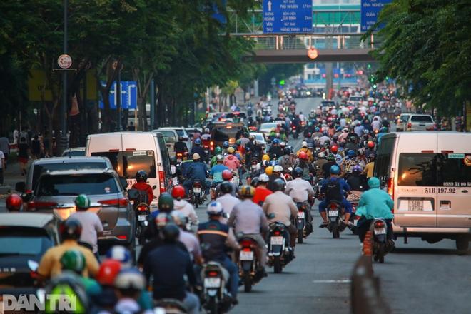 So sánh giao thông TPHCM: Trước giãn cách ùn tắc, nay chỉ còn xe cứu thương - 15