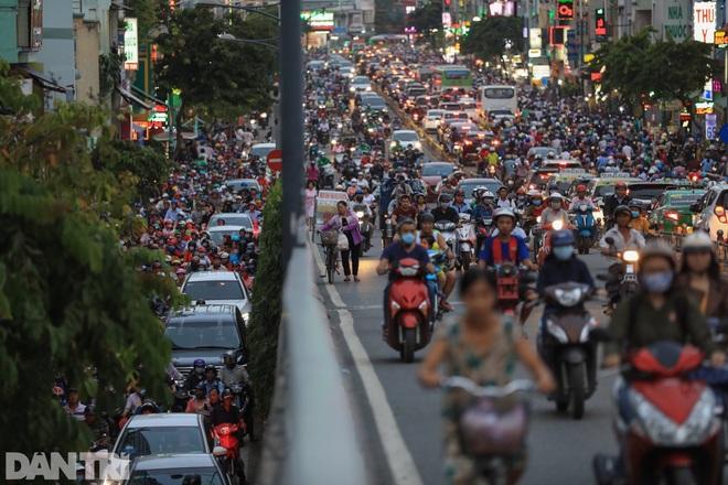So sánh giao thông TPHCM: Trước giãn cách ùn tắc, nay chỉ còn xe cứu thương - 13