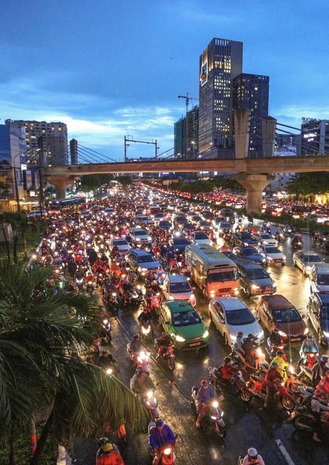 So sánh giao thông TPHCM: Trước giãn cách ùn tắc, nay chỉ còn xe cứu thương - 21