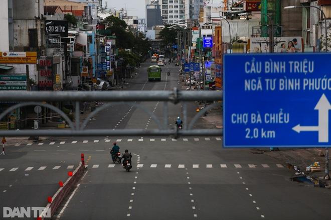 So sánh giao thông TPHCM: Trước giãn cách ùn tắc, nay chỉ còn xe cứu thương - 4