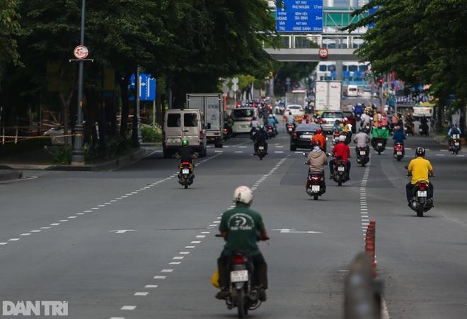So sánh giao thông TPHCM: Trước giãn cách ùn tắc, nay chỉ còn xe cứu thương - 16