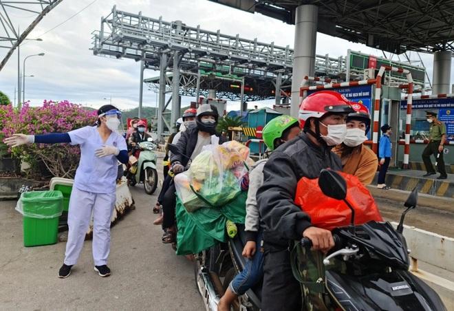 Mỗi người đi xe máy về quê vui lòng nhận một phong bì 500 K - 4