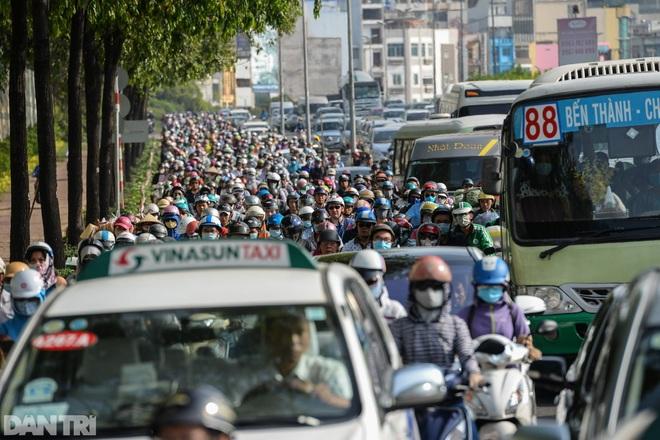 So sánh giao thông TPHCM: Trước giãn cách ùn tắc, nay chỉ còn xe cứu thương - 17