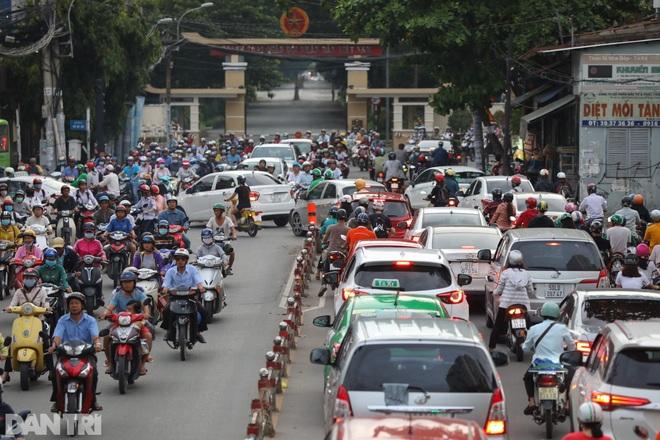 So sánh giao thông TPHCM: Trước giãn cách ùn tắc, nay chỉ còn xe cứu thương - 5