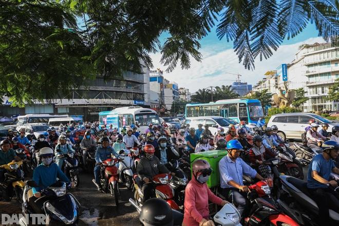 So sánh giao thông TPHCM: Trước giãn cách ùn tắc, nay chỉ còn xe cứu thương - 7