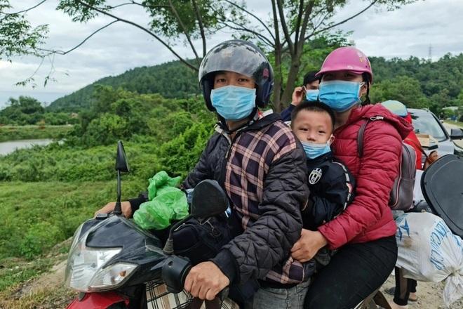 Mỗi người đi xe máy về quê vui lòng nhận một phong bì 500 K - 10