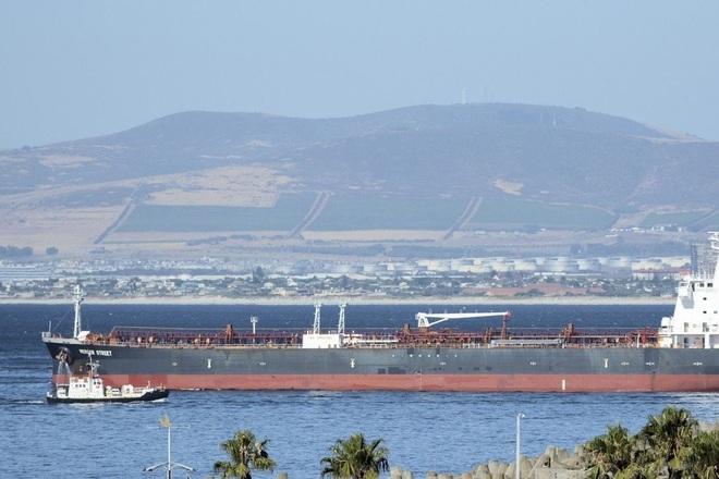 Tàu dầu liên quan tới tỷ phú Israel bị tấn công, 2 người chết - 1