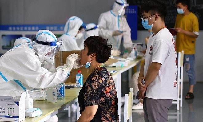 Covid-19 lan tới tâm lũ Hà Nam, Trung Quốc cấp tập dựng rào ngăn dịch - 1
