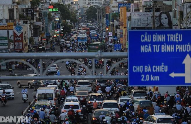 So sánh giao thông TPHCM: Trước giãn cách ùn tắc, nay chỉ còn xe cứu thương - 3
