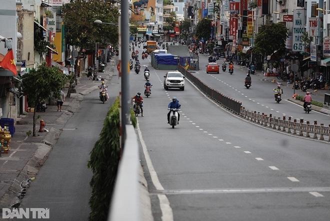 So sánh giao thông TPHCM: Trước giãn cách ùn tắc, nay chỉ còn xe cứu thương - 14