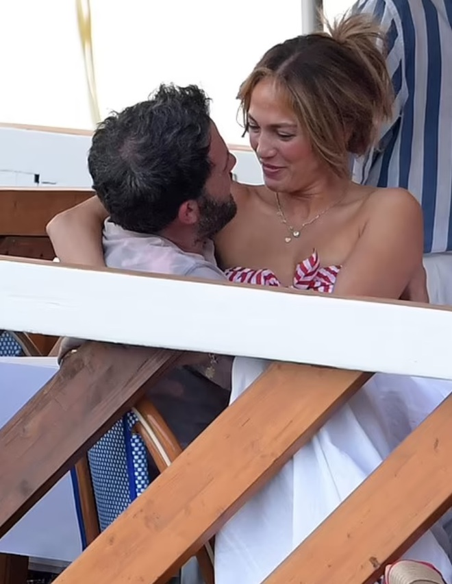 Jennifer Lopez và Ben Affleck tiếp tục đốt cháy mặt báo - 2