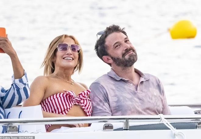 Jennifer Lopez và Ben Affleck tiếp tục đốt cháy mặt báo - 7