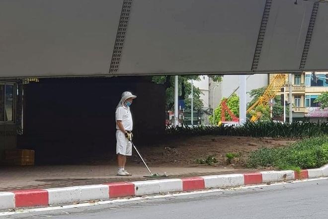 Hà Nội: Người đàn ông thản nhiên đánh golf dưới gầm cầu vượt - 1