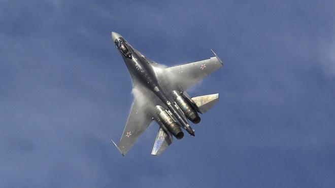 Máy bay chiến đấu Su-35 Nga lao xuống biển - 1