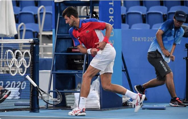 Novak Djokovic nói gì sau màn đập gãy vợt như quân thù? - 2
