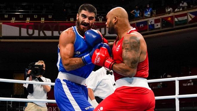 Bị xử thua vì húc đầu đối thủ, võ sĩ không phục ngồi ăn vạ trọng tài - 1