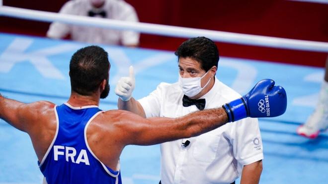 Bị xử thua vì húc đầu đối thủ, võ sĩ không phục ngồi ăn vạ trọng tài - 4