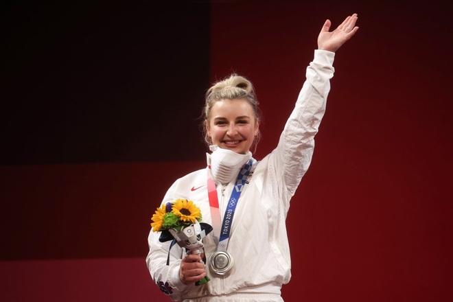 Gương mặt xinh đẹp của lực sĩ sinh năm 1999 giành huy chương bạc Olympic - 1