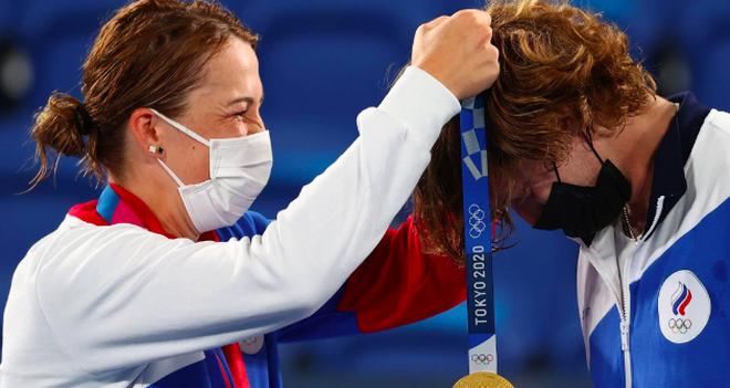 Bộ đôi quần vợt nước Nga tình tứ trong trận chung kết Olympic Tokyo - 7