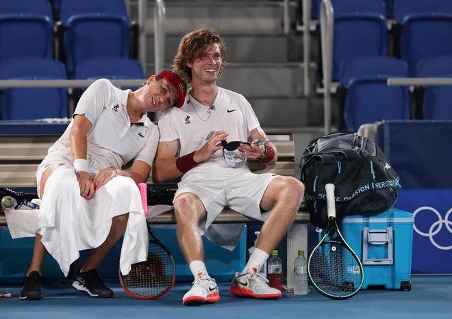 Bộ đôi quần vợt nước Nga tình tứ trong trận chung kết Olympic Tokyo - 5