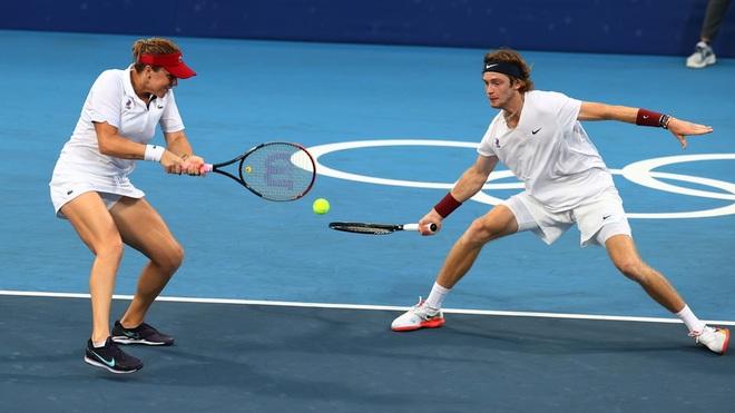 Bộ đôi quần vợt nước Nga tình tứ trong trận chung kết Olympic Tokyo - 1
