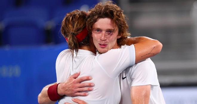 Bộ đôi quần vợt nước Nga tình tứ trong trận chung kết Olympic Tokyo - 10