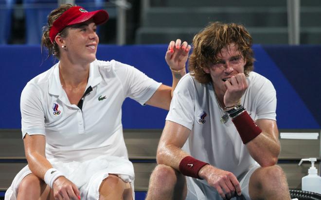 Bộ đôi quần vợt nước Nga tình tứ trong trận chung kết Olympic Tokyo - 6