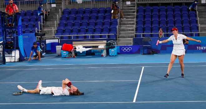 Bộ đôi quần vợt nước Nga tình tứ trong trận chung kết Olympic Tokyo - 2