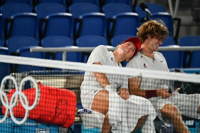 Bộ đôi quần vợt nước Nga tình tứ trong trận chung kết Olympic Tokyo - 4