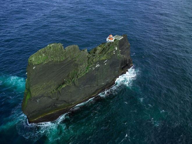 Ngọn hải đăng cô độc nhất thế giới - 1