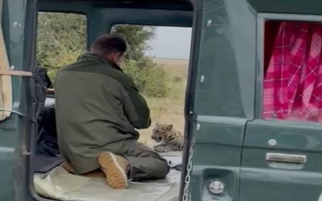 Video: Rùng mình cảnh báo hoang... khều chân du khách - 2