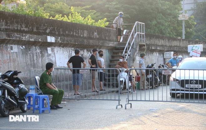 Tiểu thương sốt ruột mong chạy hàng khỏi chợ Long Biên - 8