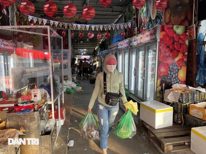 Tiểu thương sốt ruột mong chạy hàng khỏi chợ Long Biên - 6