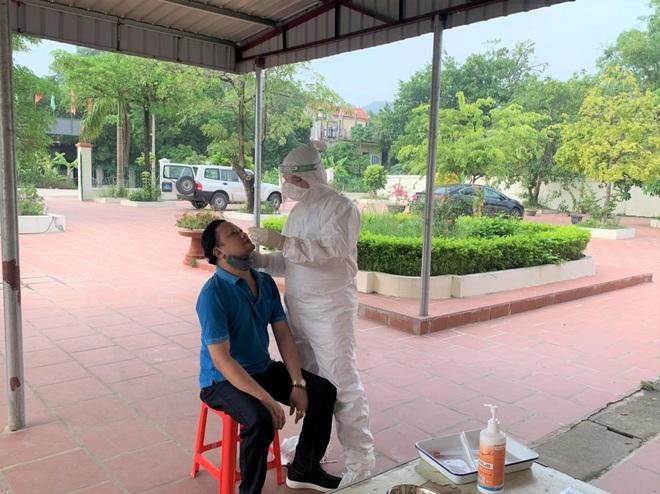 Quảng Ngãi, Ninh Bình: Nhiều người về từ phía Nam dương tính SARS-CoV-2 - 2
