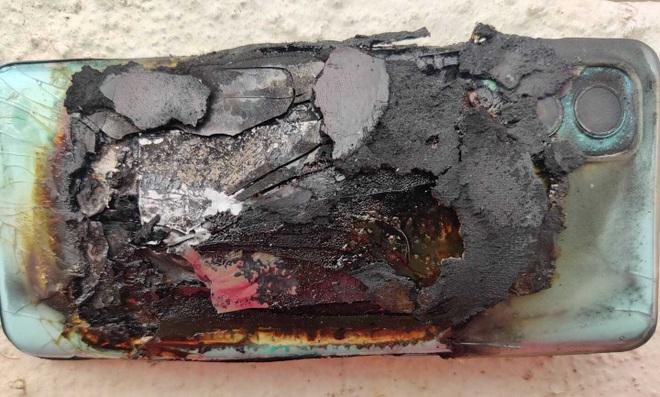 Smartphone mới mua một tuần bất ngờ phát nổ trong túi người dùng - 1