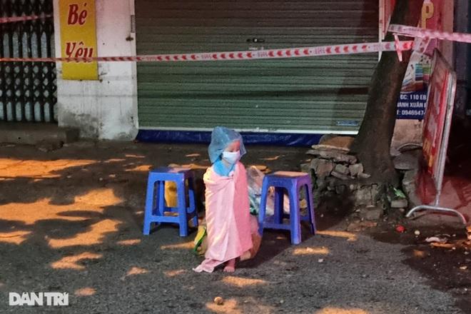 Bé gái 3 tuổi là F0 được đưa đi cách ly trong đêm ở Hà Nội - 3