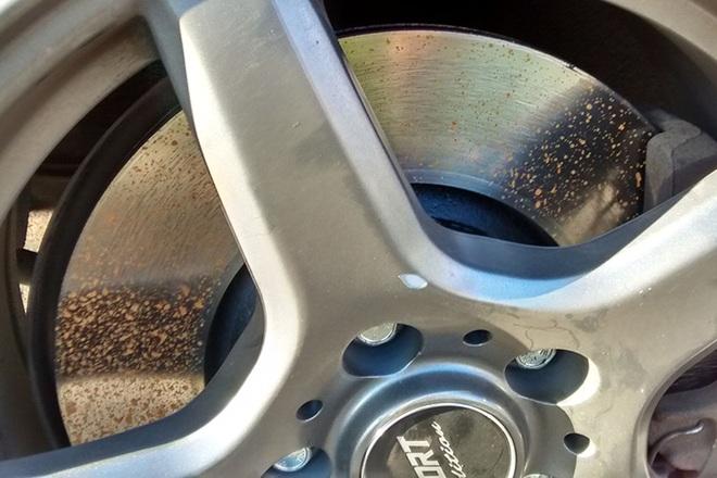 Ô tô mới mua mà phanh đĩa đã bị rỉ sét, liệu có phải xe kém chất lượng? - 1